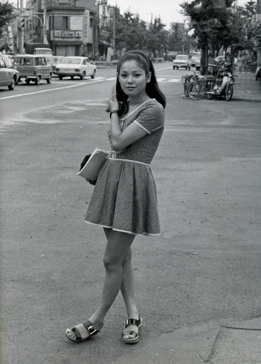 ミニスカートのワンピースを着て立っているひし美ゆり子の画像